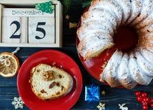 Om lijst op houten stootkussen met rode kop van koffie, stuk van cake en takken van spar, houten kalender op een lijst te doen royalty-vrije stock foto