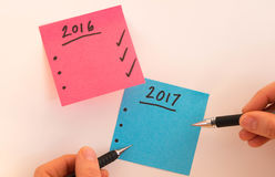 Om lijst voor het nieuwe jaar in roze en blauw met handen en zwarte pennen te doen Stock Foto's