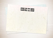 2017 om lijstwoorden op leeg document op witte houten achtergrond te doen Royalty-vrije Stock Foto