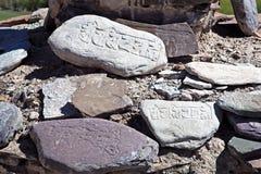 OM mani Padma Hums grabado en piedras, Ladakh, Jammu y Cachemira, la India Imagen de archivo libre de regalías