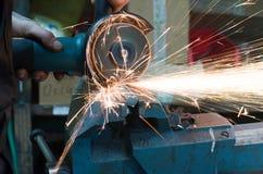 Om metaal te snijden met een malende machine met vonken stock foto