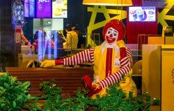 OM NOI, THAILAND - OKTOBER 29: Statyn av Ronald Mcdonald sitter på royaltyfria foton