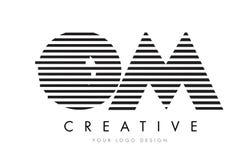 OM O M Zebra Letter Logo Design avec les rayures noires et blanches Image stock