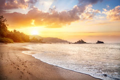 OM setzen in Indien auf den Strand Stockbild