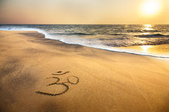 OM-Symbol auf dem Strand Lizenzfreie Stockfotos