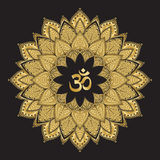 Om-symbol med mandalaen Rund guld- modell på svart bakgrund stock illustrationer