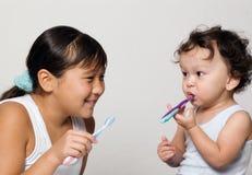 Om tanden schoon te maken. Royalty-vrije Stock Afbeelding