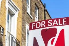 Om teken buiten een huis in de stad van Londen te laten Stock Foto