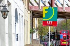 Om teken buiten een huis in de stad van Londen te laten Royalty-vrije Stock Foto