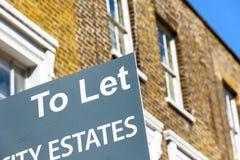 Om teken buiten een huis in de stad van Londen te laten Stock Fotografie