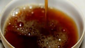 Om thee te gieten stock videobeelden