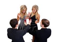 Om tweelingen voor te stellen om huwelijk te krijgen Royalty-vrije Stock Fotografie