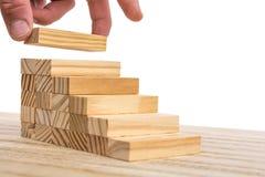 Om uw eigen leven stap voor stap gestalte te geven dat met een houten trap wordt voorgesteld stock foto's