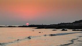 Om Wyrzucać na brzeg zmierzch, krzyżuje horyzont, Gokarna, Karnataka, India zdjęcie stock