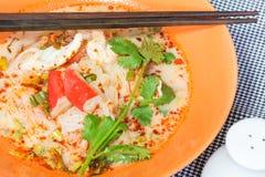 Om Yum Seafood Noodle i orange bunke Royaltyfri Foto