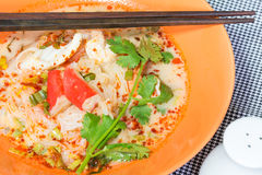 OM Yum Seafood Noodle na bacia alaranjada Foto de Stock Royalty Free