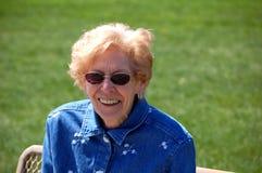 Oma bij het park Royalty-vrije Stock Foto's