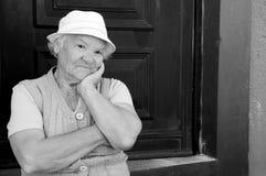 Oma die aan Camera met Gelukkige Ongehoorzame Uitdrukking kijken royalty-vrije stock foto's