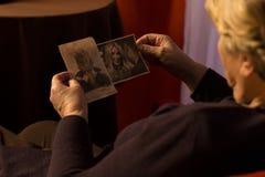 Oma die de foto's van het kleinkind bekijken Stock Afbeelding