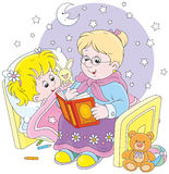 Oma en kleindochterlezing fairytales Royalty-vrije Stock Foto