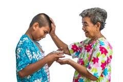 Oma en kleinkinderenspel in het Songkran-festival Stock Afbeeldingen