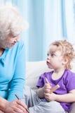 Oma en kleinzoon die zich samentrekken royalty-vrije stock afbeelding