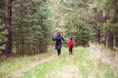 Oma en weinig die kleinzoon op bos in werking wordt gesteld royalty-vrije stock afbeelding