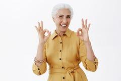 Oma hat ausgezeichnete Gesundheit Porträt der frohen aktiven und emotionalen älteren Frau mit dem weißen Haar froh lächelnd und lizenzfreies stockbild
