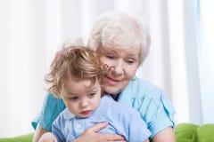 Oma huging kleinkind royalty-vrije stock afbeeldingen