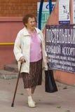 Oma met een stok Royalty-vrije Stock Foto's