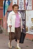 Oma met een stok Stock Fotografie