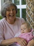 Oma met kleindochter stock afbeelding