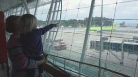 Oma met meisje bij de luchthaven stock video