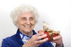 Oma mit einem Geschenk Stockfotos