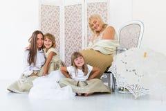 Oma, moeder en dochters Royalty-vrije Stock Afbeeldingen