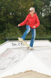 Oma op een skateboard Royalty-vrije Stock Foto's