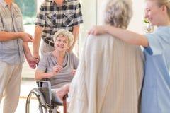 Oma in rolstoel royalty-vrije stock fotografie
