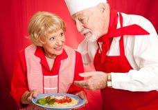 Oma's die Les koken stock foto's
