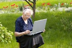 Oma in tuin Stock Afbeelding