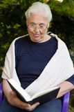 Oma und das Buch Stockfotografie