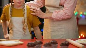 Oma und Mädchen, die sich vorbereiten, Xmas-Plätzchen für Familienfeier, Feiertage zu kochen stock footage