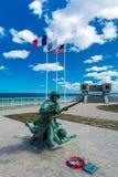 Omaha Beach Memorial met een standbeeld stock afbeeldingen
