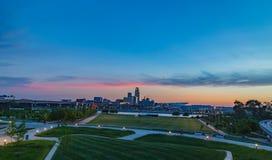 Omaha do centro no crepúsculo como o sol ajusta-se como visto do blefe do Conselho imagem de stock royalty free