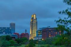Omaha Nebraska First National Bank byggnad med horisont på skymning arkivfoton