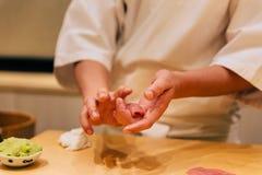 Omakase japonés que hace sushi de Chutoro el atún de Bluefin graso medio cuidadosamente por las manos Comida tradicional y de luj fotografía de archivo