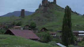 Omalo村庄和城楼在高加索山脉史诗飞行小山和英王乔治一世至三世时期谷秀丽自然乔治亚动物 股票录像