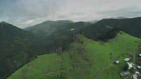 Omalo村庄和城楼在高加索山脉史诗飞行小山和英王乔治一世至三世时期谷秀丽自然乔治亚动物 影视素材