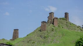 Omalo村庄和城楼在高加索山脉史诗timelapse英王乔治一世至三世时期谷秀丽自然 股票录像