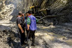 Omalo, Georgië De arbeiders verwijderen de grondverschuiving op de bergweg Tusheti royalty-vrije stock afbeeldingen