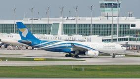 Oman Air acepilla el carreteo en el aeropuerto de Munich, MUC almacen de video